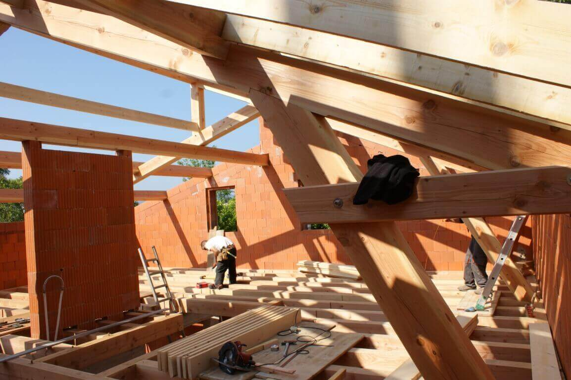 Extension de maisons par le toit charpente et création